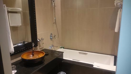 Salle de bain (très grande baignoire...) - Photo de Adam Park ...