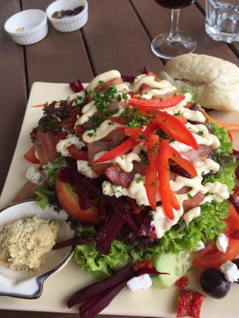 Fossil Ridge Winery: Roasted beer and feta salad, taste of 4 wines, tranquil view.
