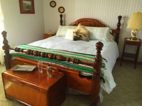 Harrison, ID: The Blue Heron room features elegant earth tones and has a beautiful lake view you can enjoy whi