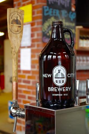 Easthampton, MA: Take home a Growler or Growlette of any beer on tap