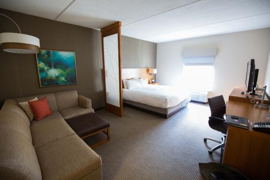 Hyatt Place Boston/Braintree : Bedroom and Living Area