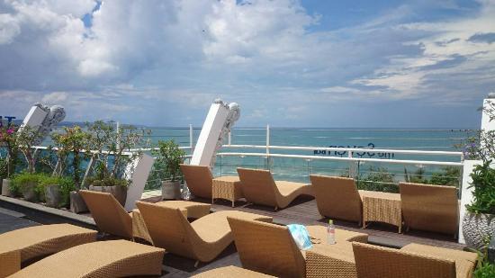 Kutabex Beach Front Hotel Kolam Renang Di Atap
