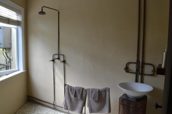 Indigo Bush Studios: Simple, functional, and open bathroom