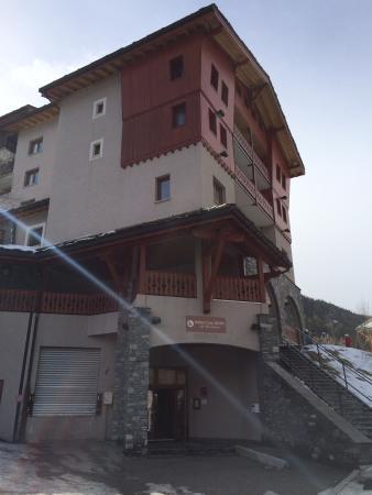 Hotel Club mmv Val Cenis: Hôtel MMV vu du bas et de la terrasse du bar
