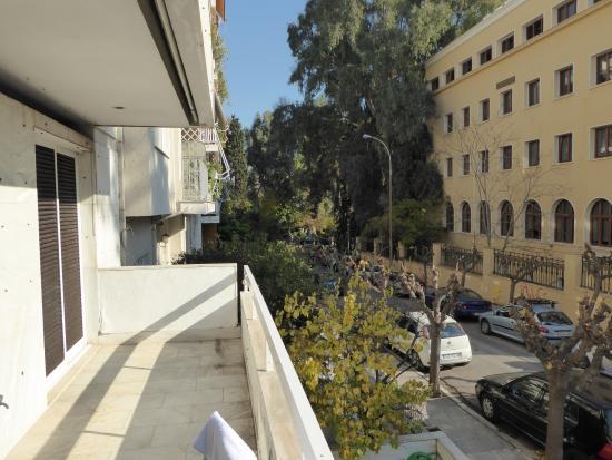 Lion Hotel Apartments: Blick vom Balkon auf die Wohngegend