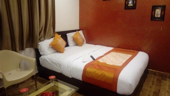 Grand Treat : Bed is aqueen side-Small room