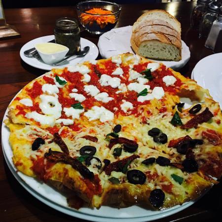 Indigo Delicatessen : The smashing veg pizza!