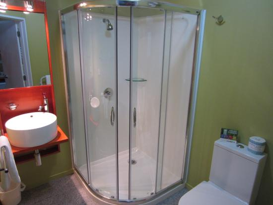 Quality Suites Kaikoura: Bathroom with shower