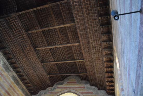 Soffitto ligneo a forma di botte rovesciata. foto di chiesa degli