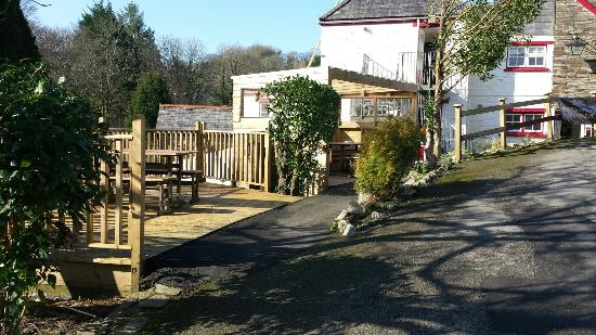 The Manor House Inn: Outside seating area + sheltered seating area
