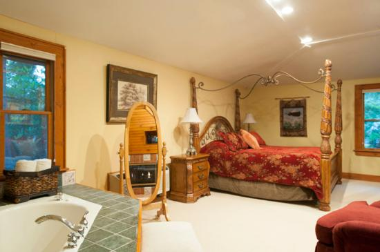 Highland Lake Inn & Resort Hendersonville: The private primrose suite