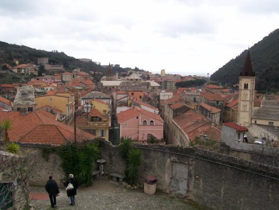 Finalborgo, Italie : Il borgo visto da Castel San Giovanni