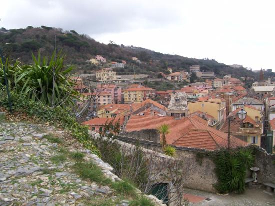 Finalborgo, Ιταλία: Il borgo visto da Castel San Giovanni