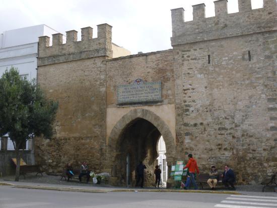 Hostal Las Margaritas: la puerta que conduce al barrio antiguo de Tarifa, con restos de la antigua muralla donde vayas