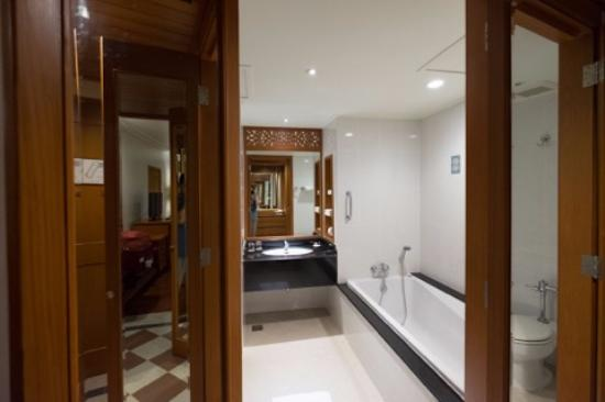 Bagno con vasca e doccia - Picture of The Imperial River House Resort, Chiang Rai - TripAdvisor