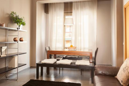 mesa comedor- ventana exterior ap. eixample - Picture of EasySleep ...