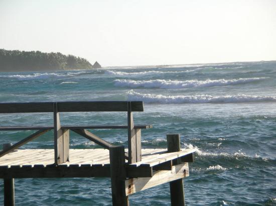 Long Caye Resort: Great surf for kayak surfing!