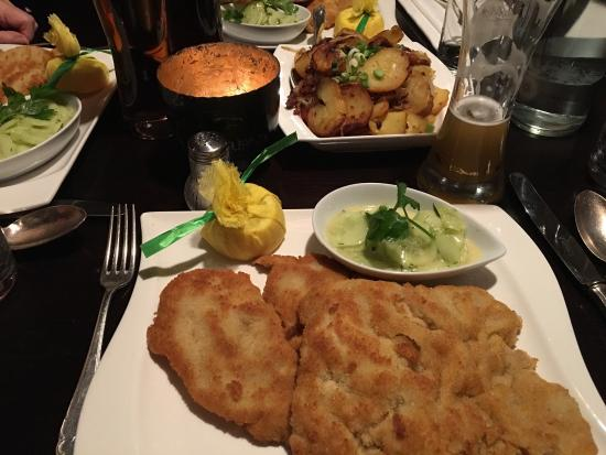 wiener schnitzel bild von restaurant das dorf hamburg tripadvisor. Black Bedroom Furniture Sets. Home Design Ideas