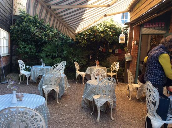 Selley's Coffee Shop & Restaurant: The courtyard seating at Sellys