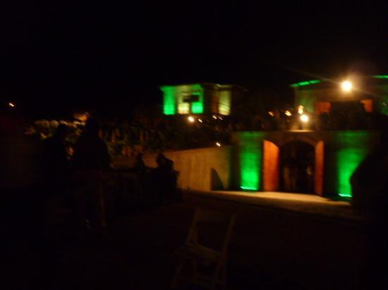 vista nocturna de vinicola tres valles