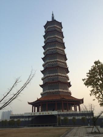 Fengcheng, الصين: Pagoda surrounded by traditional Chinese buildings!