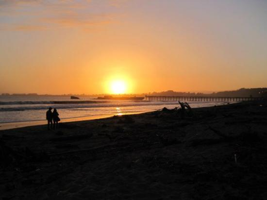 Aptos, Californië: Sunset on Rio Del Mar State Beach. Cement ship in the background