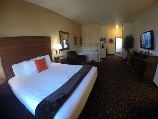 Expressway Suites of Fargo: King Honeymoon Suite