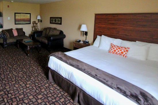 Expressway Suites of Fargo: King Whirlpool Suite
