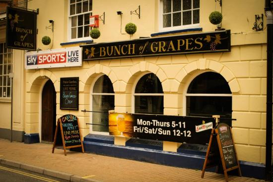 Ilfracombe, UK: Front of The Bunch of Grapes situated in the centre of the High Street.