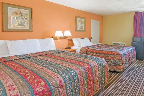 Days Inn Henrietta/Rochester Area: Two Queen Beds