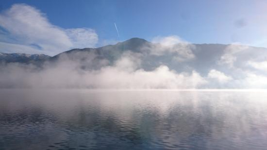 Feinschmeck: Lake view, water steamimg in the morning
