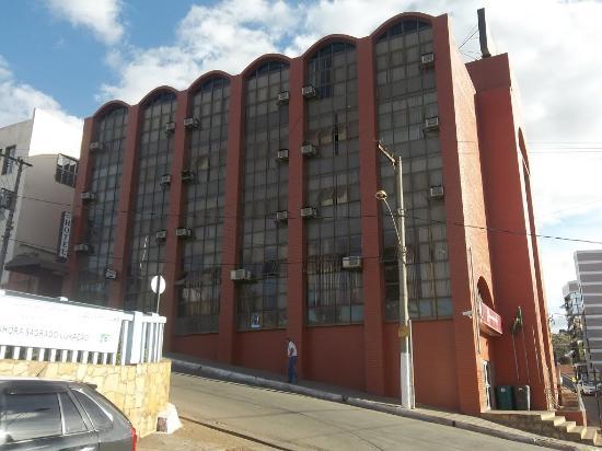 Capelinha, MG: Hotel com Apartamentos e suítes bem espaçosos,com excelente custo benefício e no centro da cidad