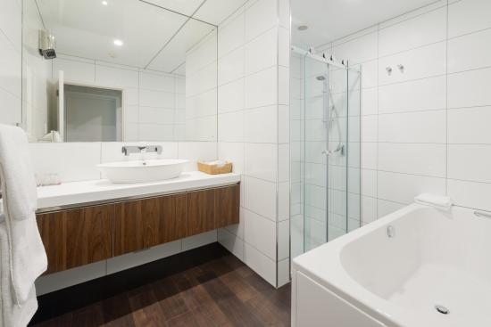 Heartland Hotel Croydon : Suite Bathroom