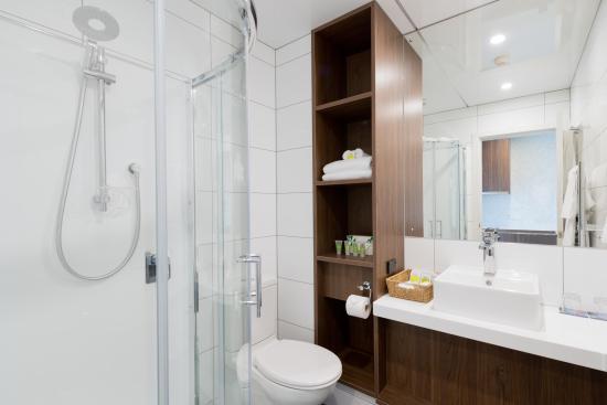 Heartland Hotel Croydon: Superior Bathroom