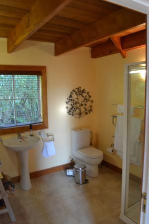 Kamahi Cottage: Spacious bathroom