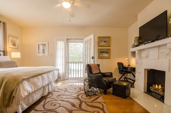 12 South Inn Suites: East Junior King Suite