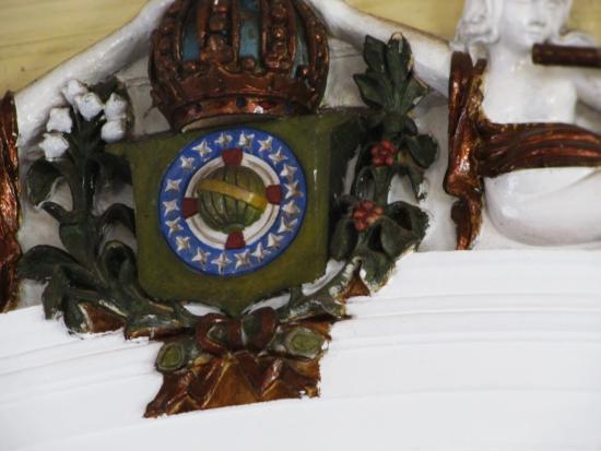 Our Lady Candelaria Church: Brasão português que decora o teto da igreja