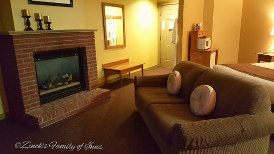 Berlin, OH: King Fireplace Deluxe Room at Zinck's Inn