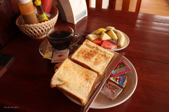 Singharat Guest House: Breakfast was a little basic, but I appreciated getting fruit