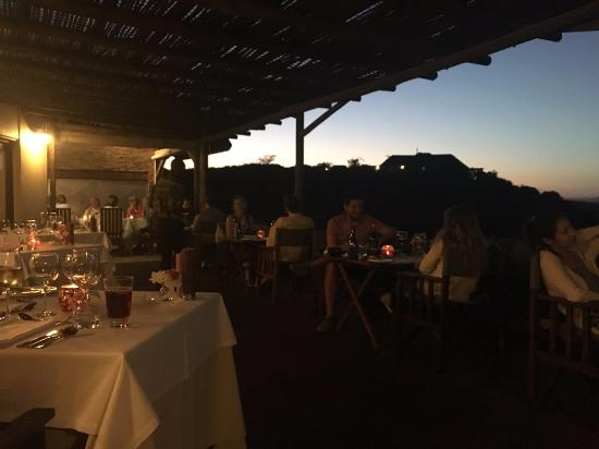 Addo, Sudáfrica: Arrive early for dinner to get the tables with the best view.
