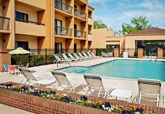 Courtyard Greensboro: Outdoor Pool