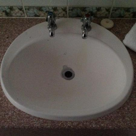 Picton Yacht Club Hotel: Peeling hand basin in room 104