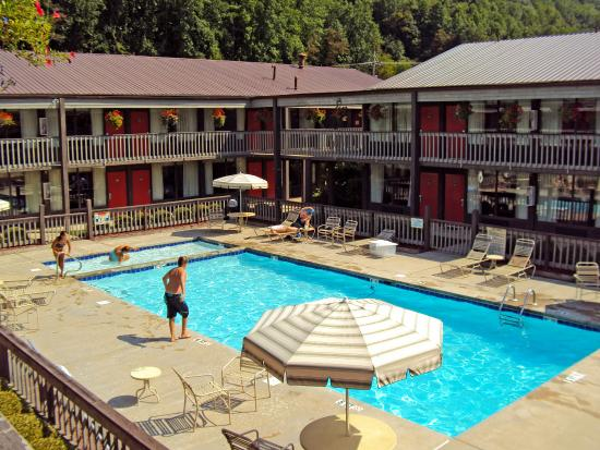 Great Smokies Inn: Outdoor Pool