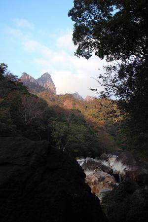 大崩山荘の30分までに、小積ダキ(崖)とワク塚の峰がのぞきだす