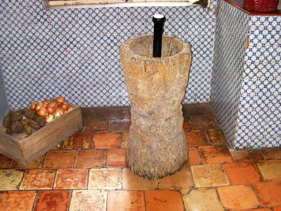 Termas Concepcion: Parte de la cocina con sus baldosas originales y el clásico mortero de madera