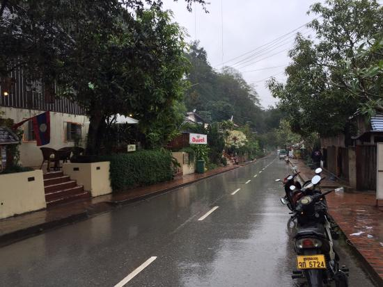 Aham Corner Guesthouse (Aussie Sports Bar & Guesthouse): road in front of guest house