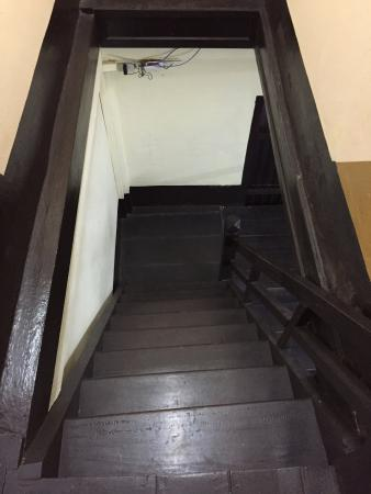 Aham Corner Guesthouse (Aussie Sports Bar & Guesthouse): guest house staircase