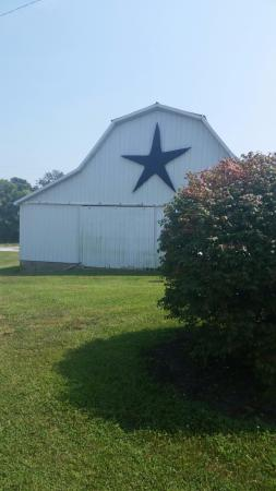 StarView Vineyards: cute barn nearby