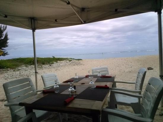 La Petite Vague: Une des tables sur la terrasse face à l'océan