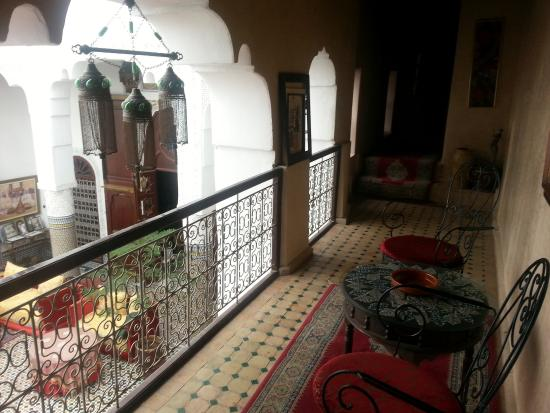 Riad LallaZoubida : Salon privatif avec vue sur terrasse inbtérieur